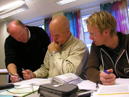 Tre menn jobber sammen